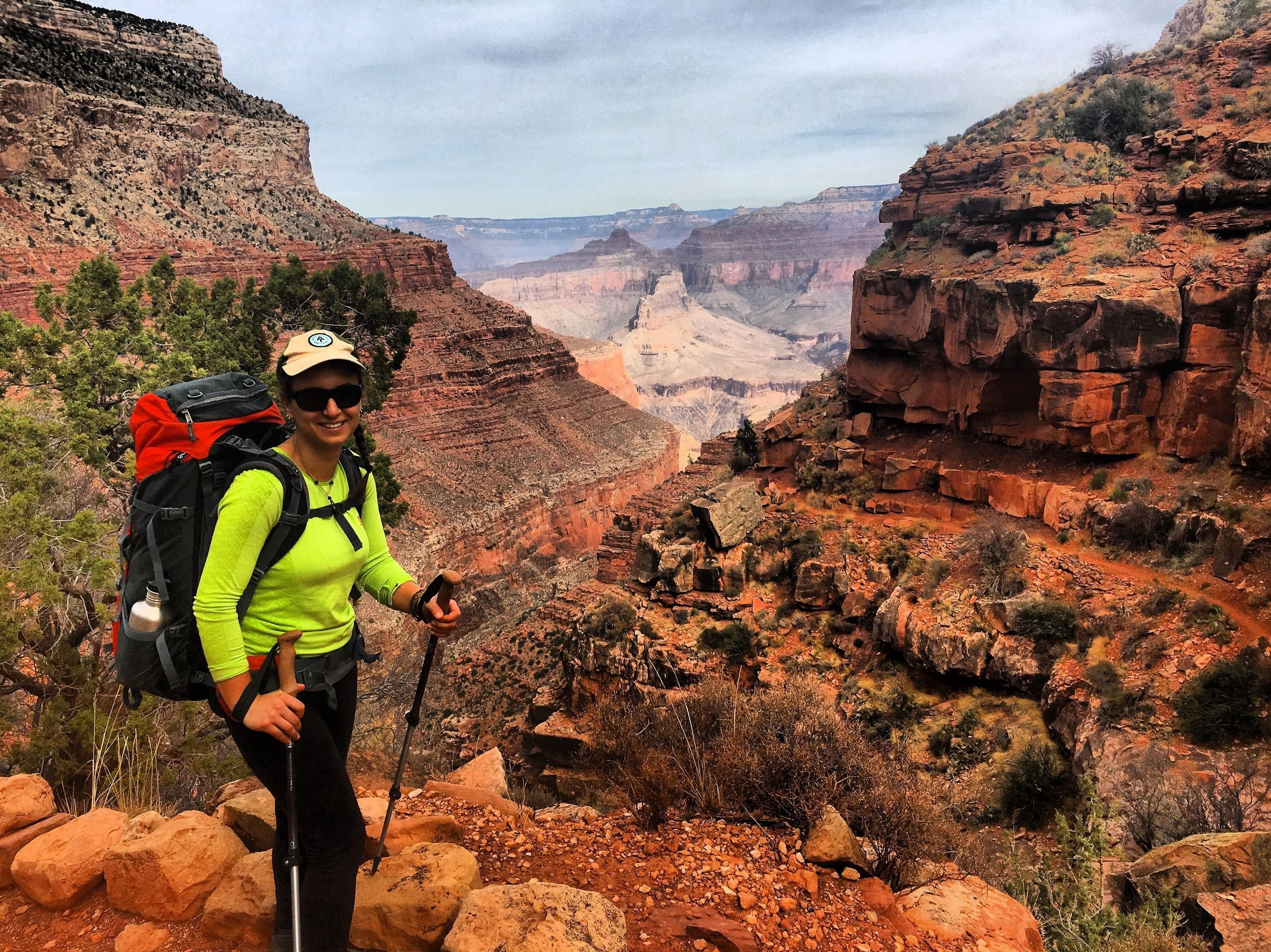 woman hiking in the grand canyon